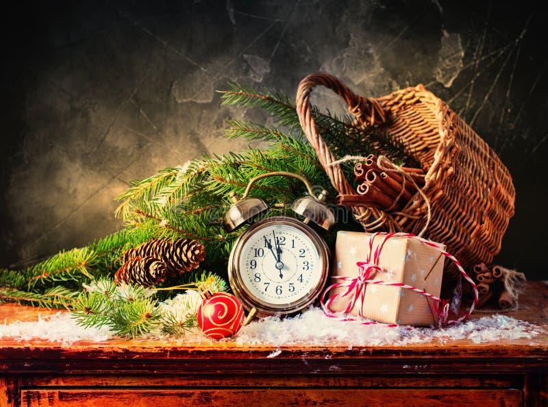 Festlicher Weihnachtswecker packt Geschenk-Schneefälle ein stockfotos