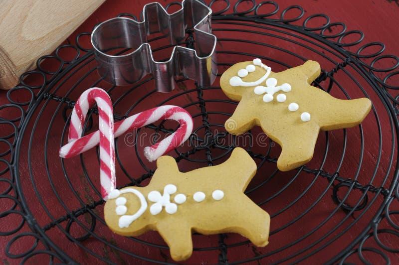 Festliches Backen des Weihnachtsfeiertags mit Lebkuchenmannplätzchen lizenzfreies stockfoto