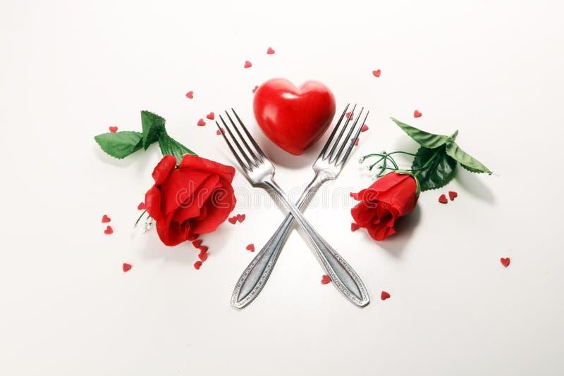 Festliches Gedeck für Valentinstag mit Gabeln und Herzen lizenzfreie stockfotografie