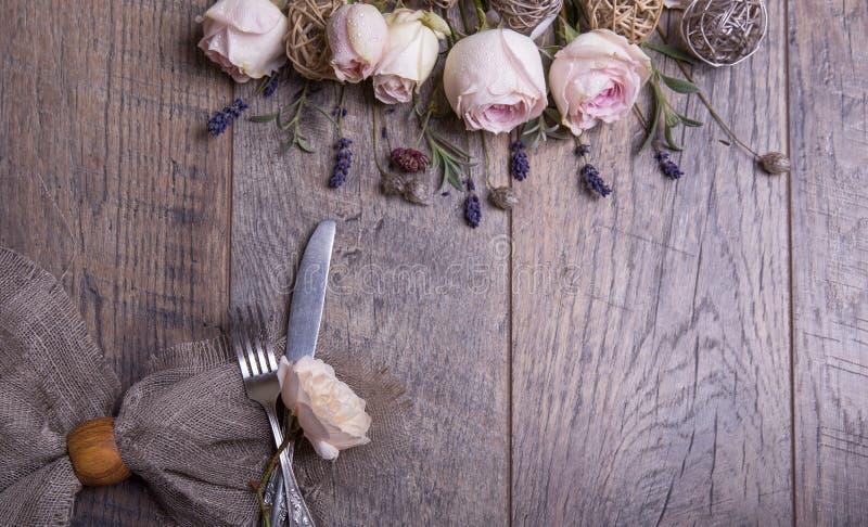 Festliches Gedeck f?r Valentinsgru? ` s Tag mit Tischbesteck, Rosen und Herzen auf wei?er Tabelle Raum f?r Text Beschneidungspfad stockfotografie