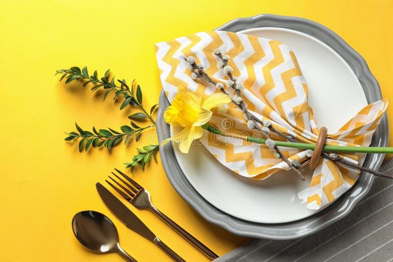 Festliches Ostern-Gedeck mit Blumendekoration lizenzfreie stockfotos