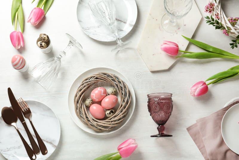 Festliches Ostern-Gedeck mit gemalten Eiern auf hölzernem Hintergrund stockfoto