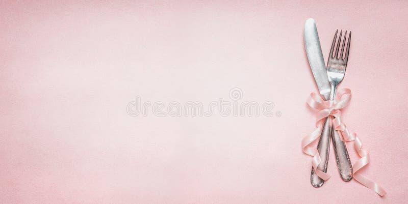 Festliches Tabellengedeck mit Banddekoration auf rosa blassem Hintergrund, Draufsicht, Platz für Textfahne lizenzfreie stockbilder