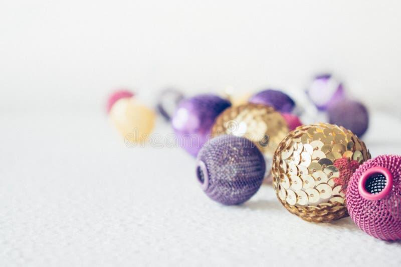 Festliches Thema des Weihnachtsfeiertags mit goldener rosa violetter Girlande des Balls LED und Gold und purpurrote Weihnachtsver stockfoto
