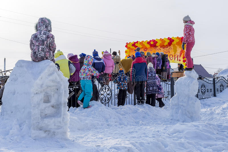 Festlichkeiten an der russischen Feier von Maslenitsa beim Chur lizenzfreie stockbilder