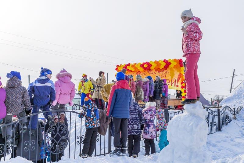 Festlichkeiten an der russischen Feier von Maslenitsa beim Chur lizenzfreies stockfoto