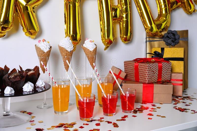 Festlichkeiten und Geschenke im Raum verziert für Geburtstagsfeier stockfotos