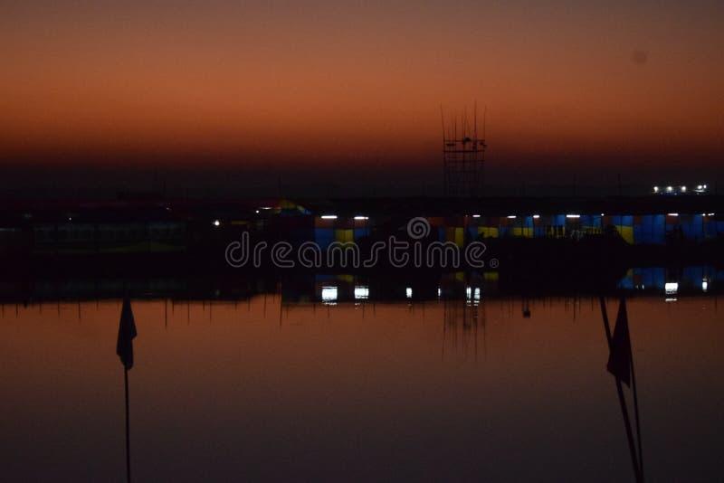 Festlig afton i kanten av en flod arkivfoton