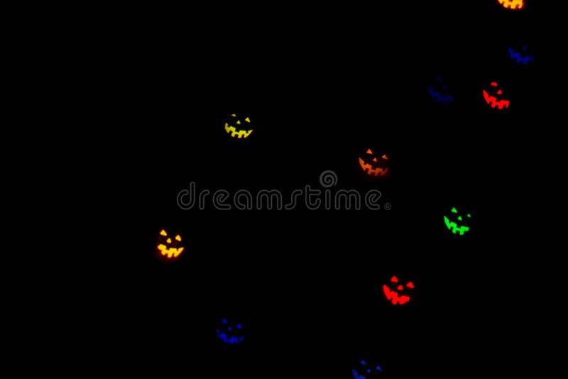 Festlig allhelgonaaftonbakgrund med naturlig bokeh i form av allhelgonaaftonemoticons och ljusa ljus royaltyfri fotografi
