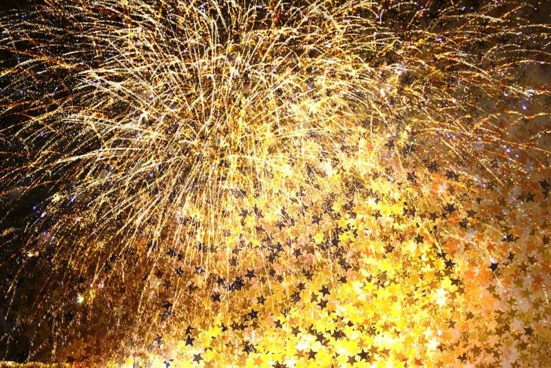 Festlig bakgrund med fyrverkerier och stjärnakonfettier fotografering för bildbyråer