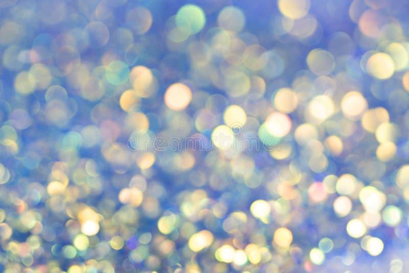 Festlig bakgrund med naturliga Bokeh och ljusa blåa ljus Magisk bakgrund med färgrik bokeh royaltyfri foto