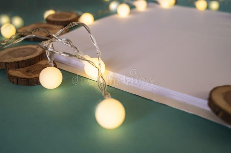 Festlig bakgrund, vitbok, ett ställe för texter, arkivfoto