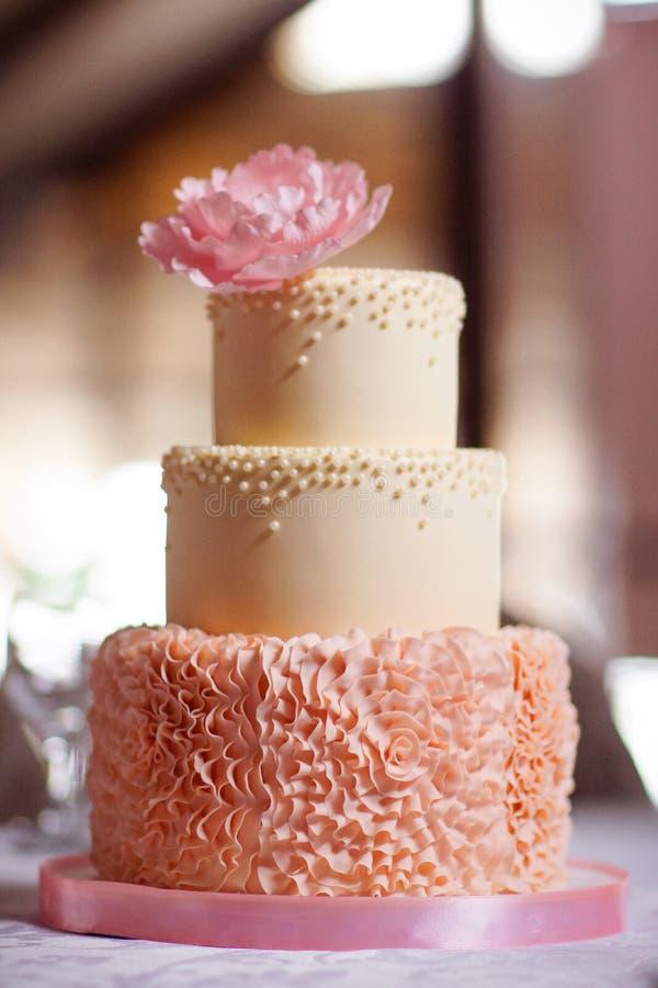 Festlig bröllopstårta från flera rader royaltyfri bild