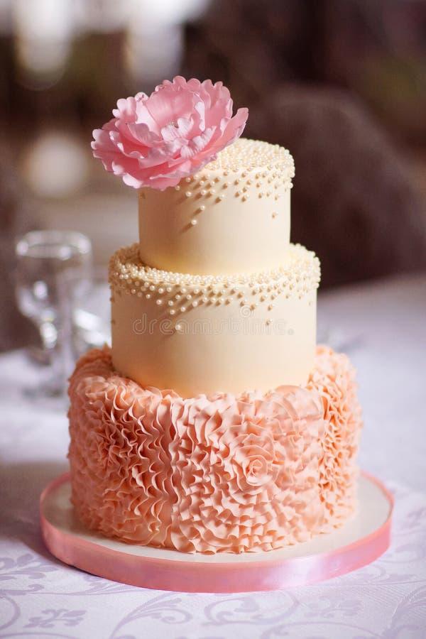 Festlig bröllopstårta från flera rader royaltyfria bilder