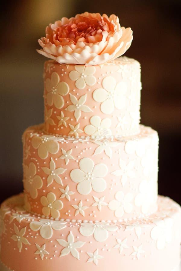 Festlig bröllopstårta från flera rader arkivfoto