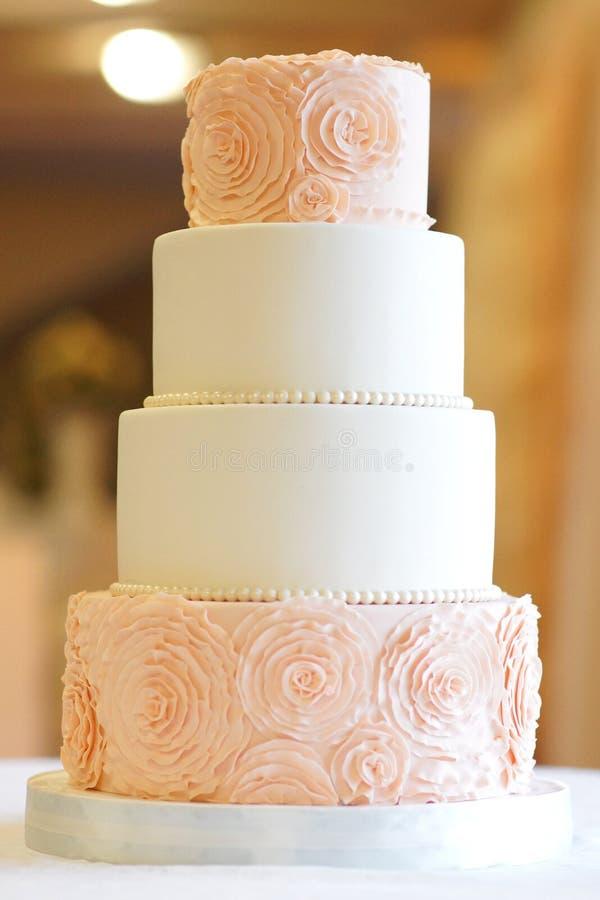 Festlig bröllopstårta från flera rader arkivbilder