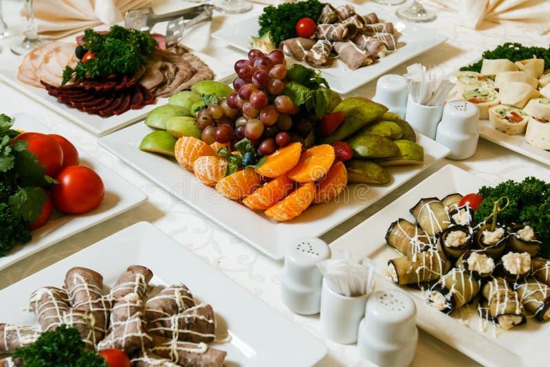 Festlig brunn-lagd tabell med mat och drinken royaltyfri fotografi