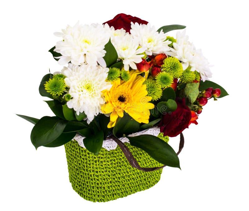 Festlig bukett av blommor i en vide- korg på en vit backgro arkivbilder