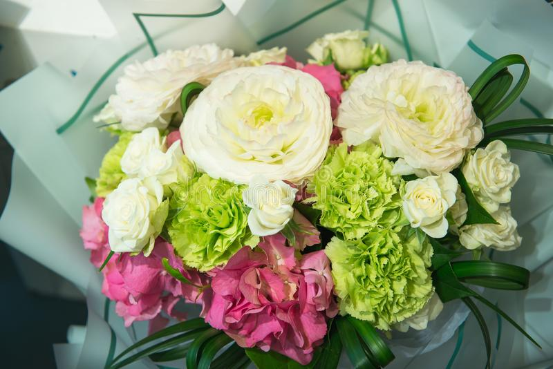 Festlig bukett av den rosa vanliga hortensian, rosor, nejlikan och ranunculusen, selektiv fokus Floristics och buketter, h?lsning arkivbild