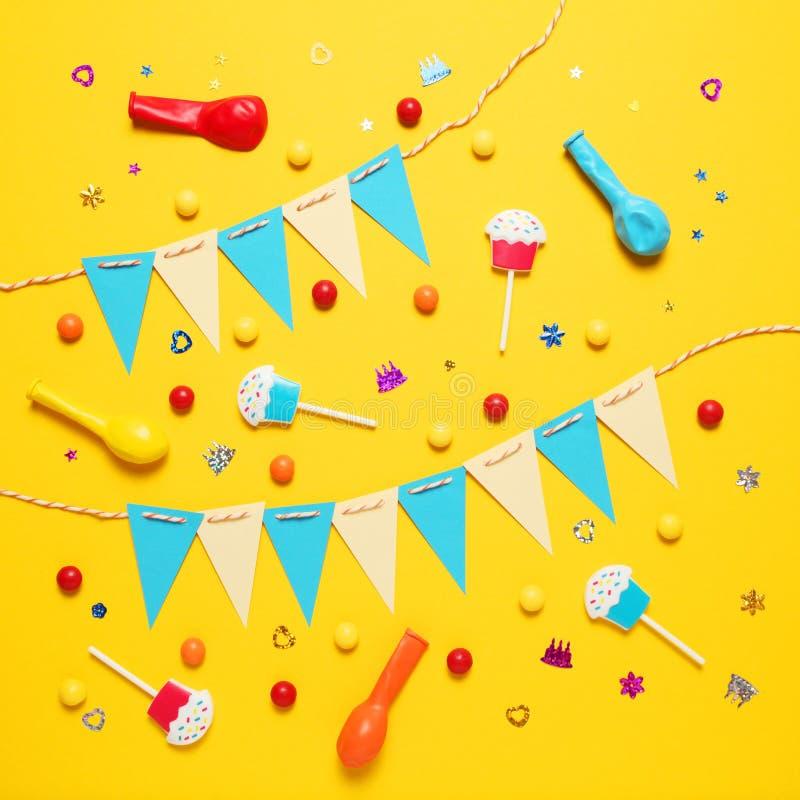 Festlig dekor för barns födelsedag Söta mångfärgade godisar, ballong, sugrör arkivfoto