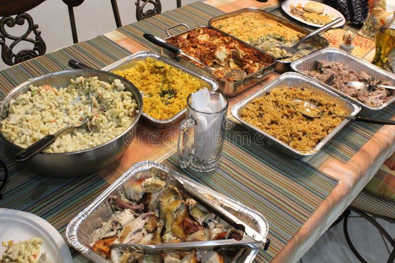 Festlig festmåltid som är klar för ett parti! royaltyfri foto