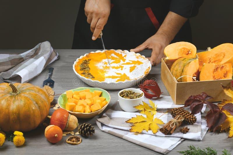 Festlig hemlagad pumpapaj för tacksägelsen som är klar att äta F?rbereda pumpapur? arkivfoto