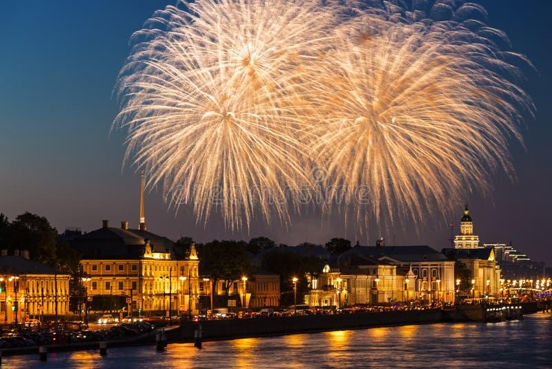 Festlig honnör över universitetinvallningen på stadsdagen i St Petersburg royaltyfri foto