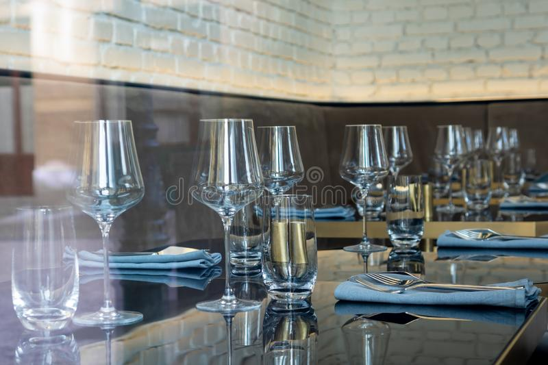 festlig inställningstabell Tomma exponeringsglas, bestick arkivbilder