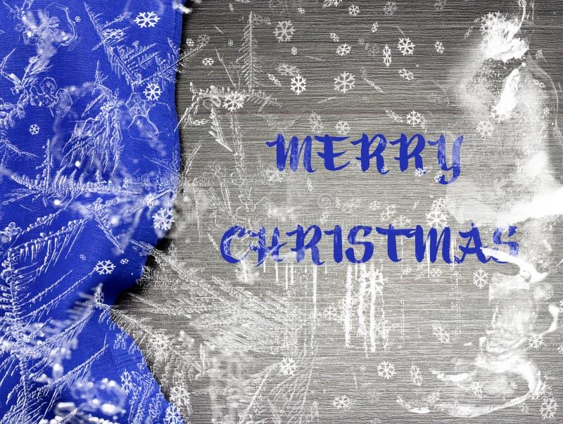 Festlig jul semestrar på bred bakgrund för vintern med den ljusa blåa bordduken i traditionella färger täckte mousserande snöflin royaltyfri foto