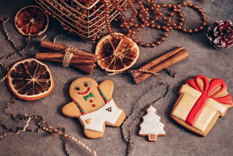 Festlig julsammansättning med pepparkakamannen i tappningstil, mörk lantlig bakgrund Lägenhet-lekmanna- av att blänka leksaker, k royaltyfri bild