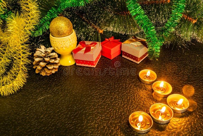 Festlig julsammansättning med vaxstearinljus, gåvaaskar och silverpärlor Garneringar för nytt års helgdagsafton På en mörk bakgru arkivfoto