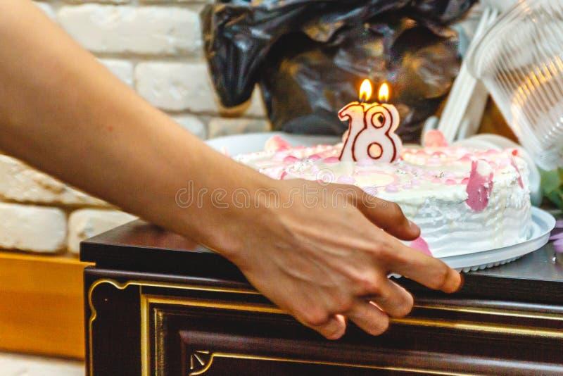Festlig kaka för arton år med stearinljus N?rbild royaltyfria foton