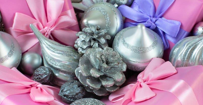 Festlig korg för baner med gåvor och leksaker för för objektaskar för jul dekorativ garnering för ferien arkivbild