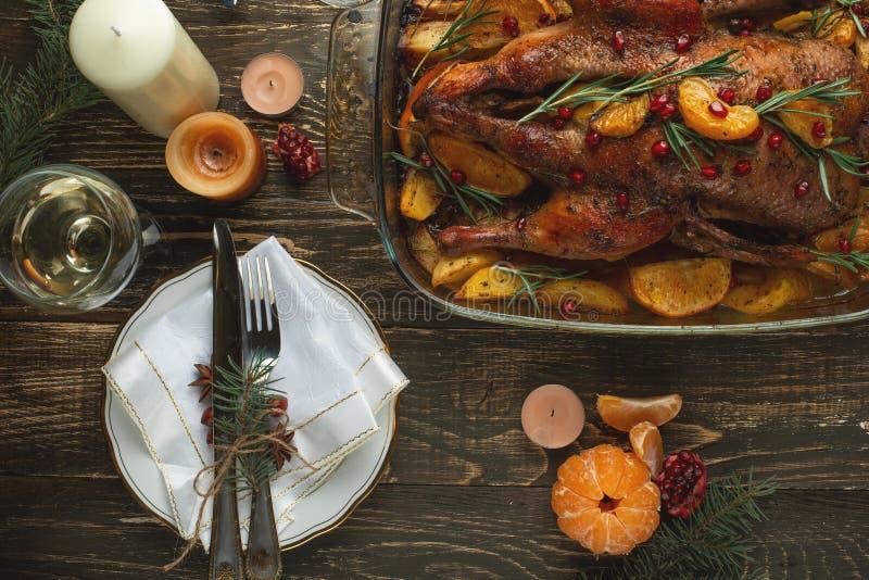 Festlig matställe med stearinljus, nytt års eller jultabell royaltyfria bilder