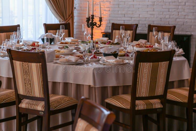 Festlig matställetabell inom en restaurang arkivbilder
