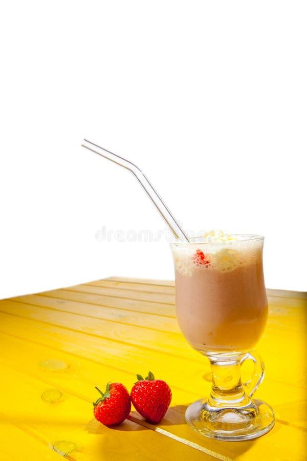 Festlig och partiefterrätt Exponeringsglas för sommarfruktsmoothie med sugrör royaltyfria bilder