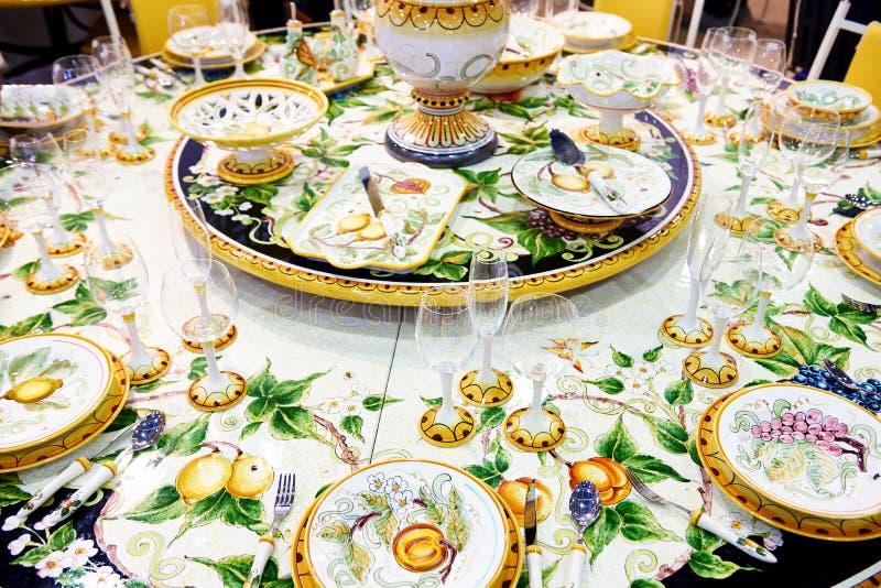 Festlig tabell med härlig bordsservis arkivbilder