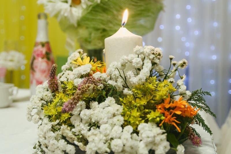 Festlig tabell som dekoreras med blommor och stearinljuset arkivfoto