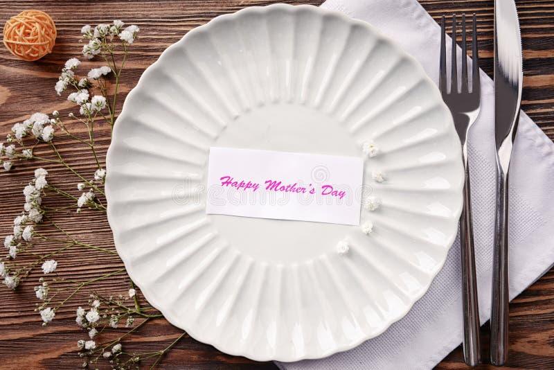 Festlig tabellinställning för mors dag arkivbilder