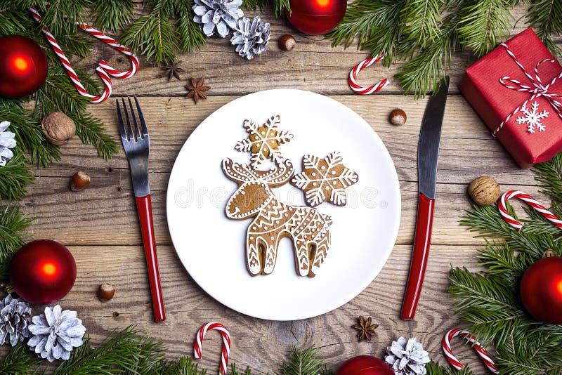 Festlig tabellinställning med bestick och den hemlagade ingefäran för jul royaltyfria foton