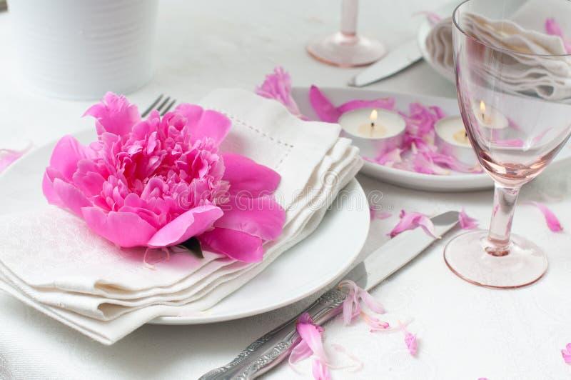 Festlig tabellinställning med rosa pioner royaltyfri foto