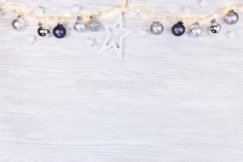Festlig vinterbakgrund med glödande ljusa girlander, jul arkivfoton