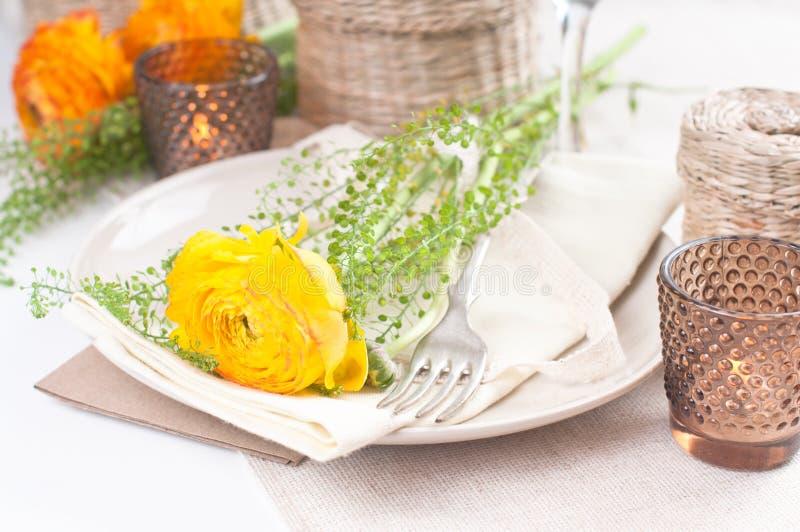 Festliga Blommor Som Ställer In Tabellen Arkivbild