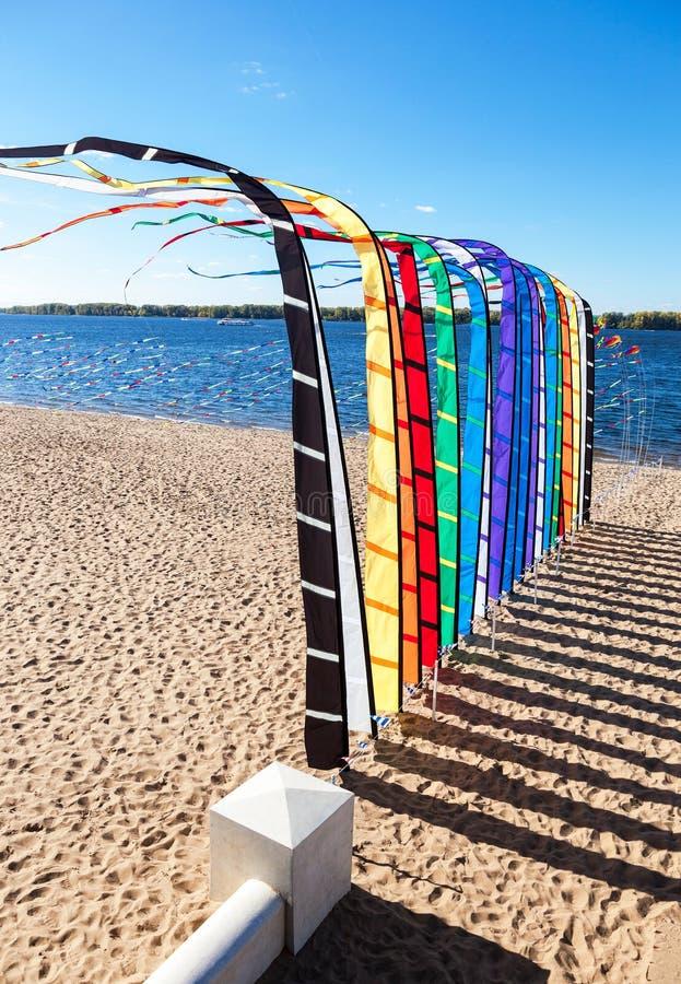 Festliga färgrika flaggor på banken av floden royaltyfri fotografi