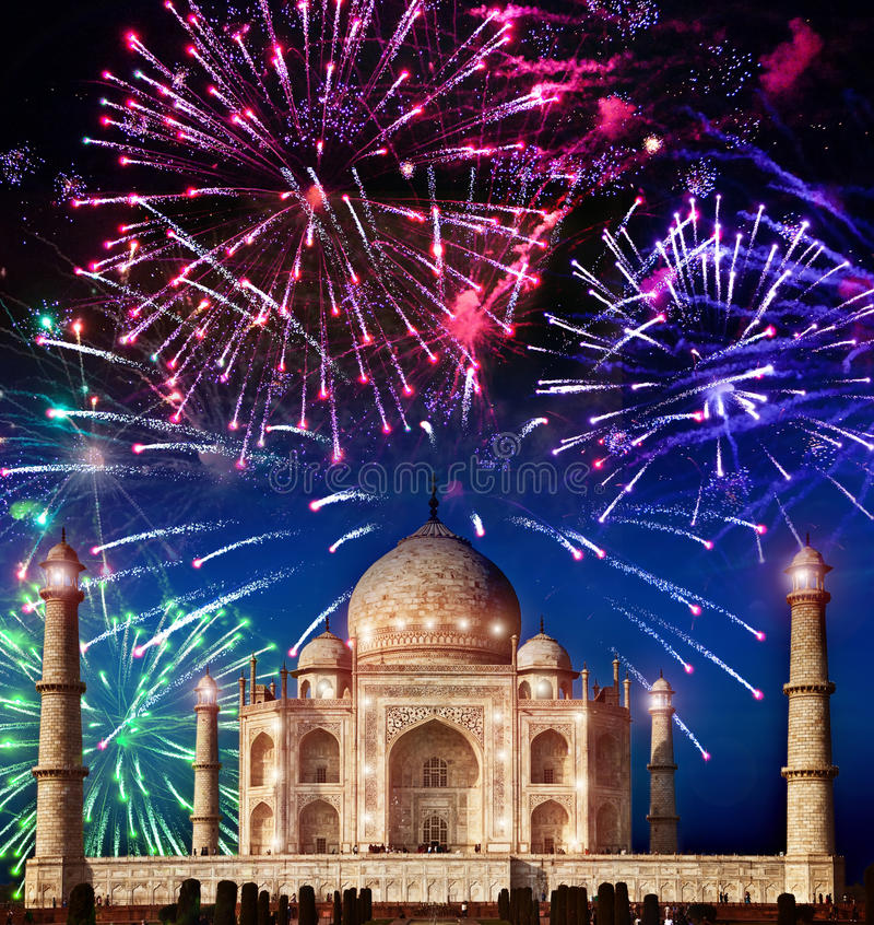 Festliga fyrverkerier över Taj Mahal, Indien royaltyfri fotografi