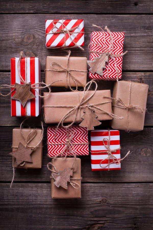 Festliga gåvaaskar med gåvor och träleksaker royaltyfri foto