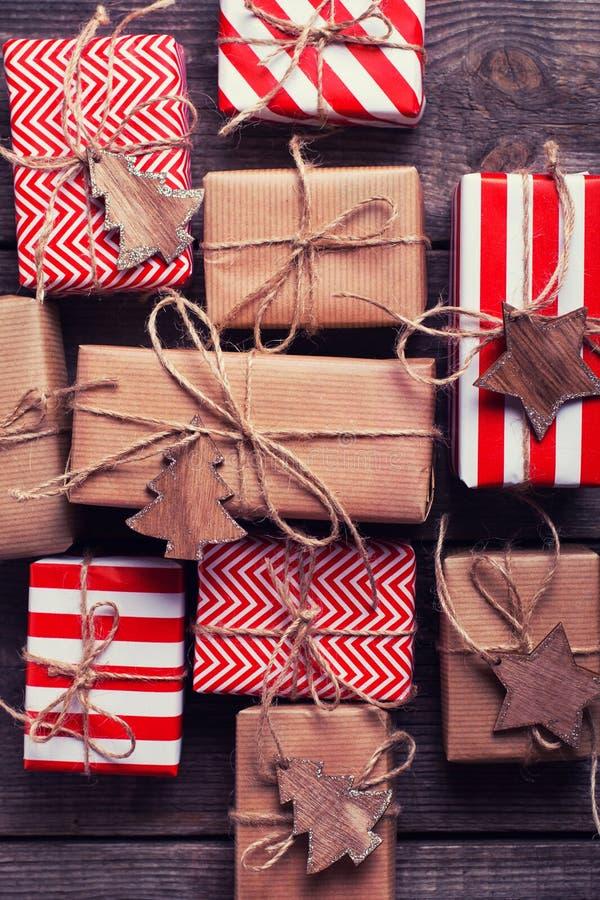 Festliga gåvaaskar med gåvor och träleksaker på tappning uppvaktar arkivfoton