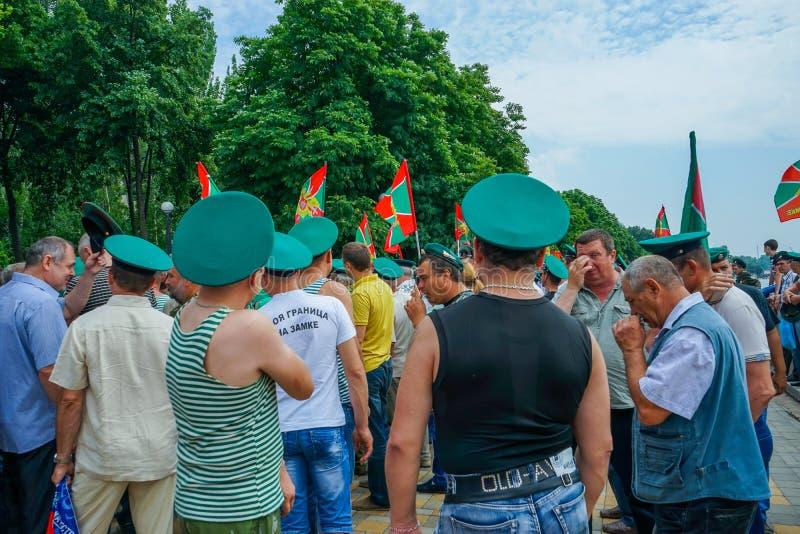 Festliga händelser på dagen av gränsbevakningen Stående av folk i gröna lock arkivfoton