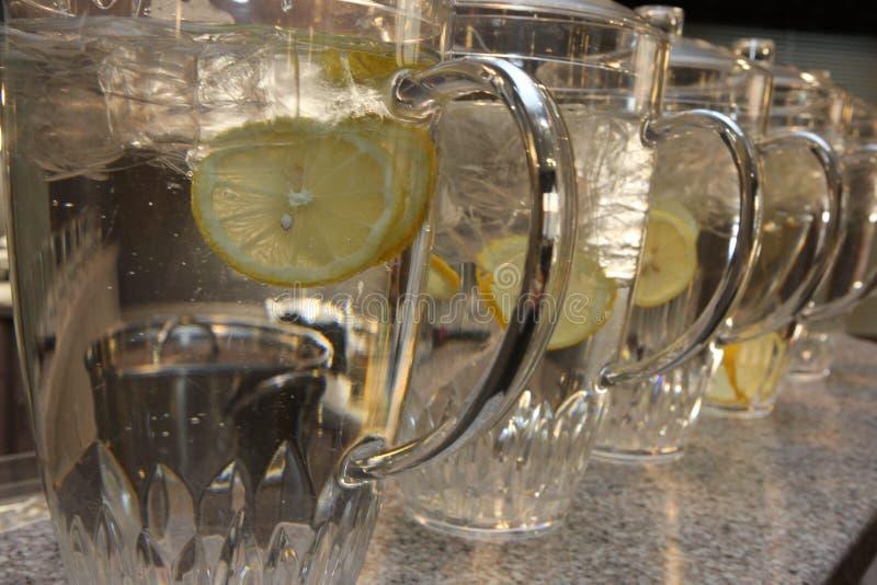 Festliga kannor av vatten med citronen arkivfoto