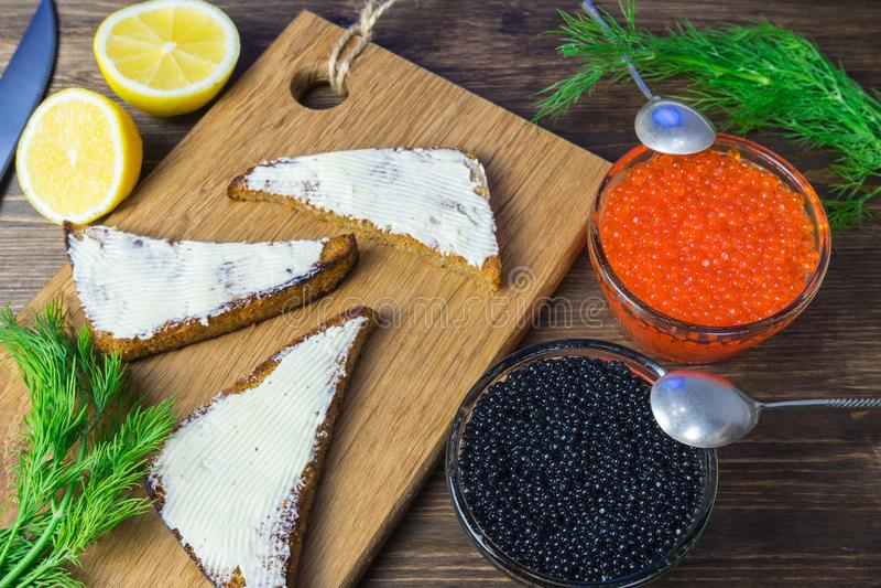 Festliga smörgåsar med den röda och svarta kaviaren Sund och smaklig mat arkivfoton